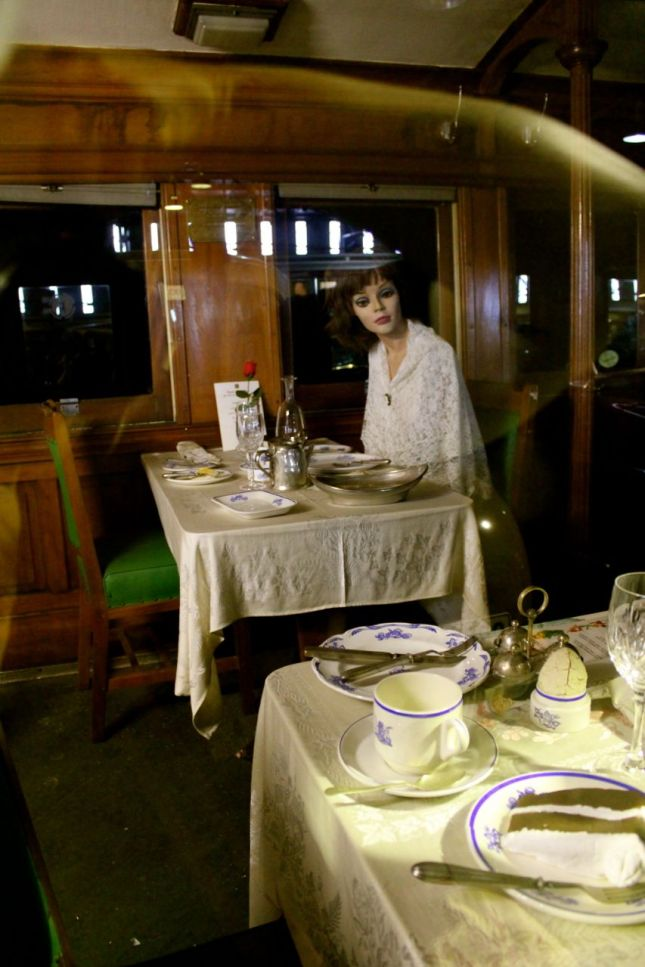 Mannequin-diner in dining car...